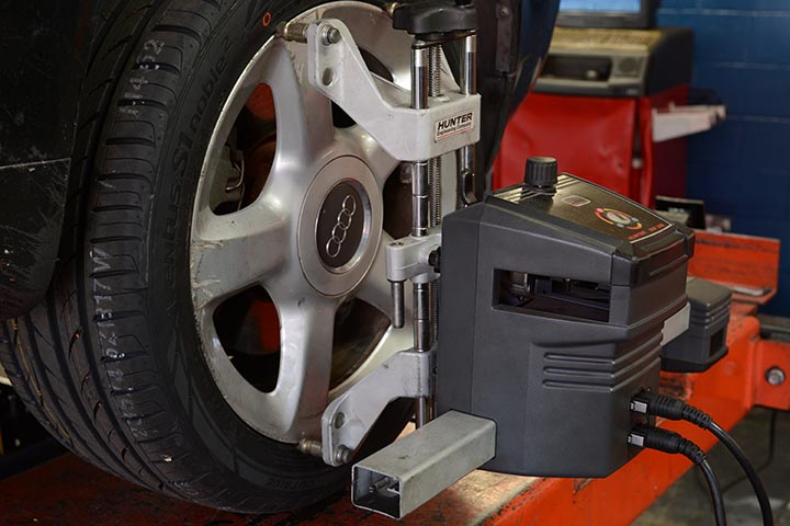 Wheel alignment is fundamental for a good and safety drive, besides extending the life of your tires.